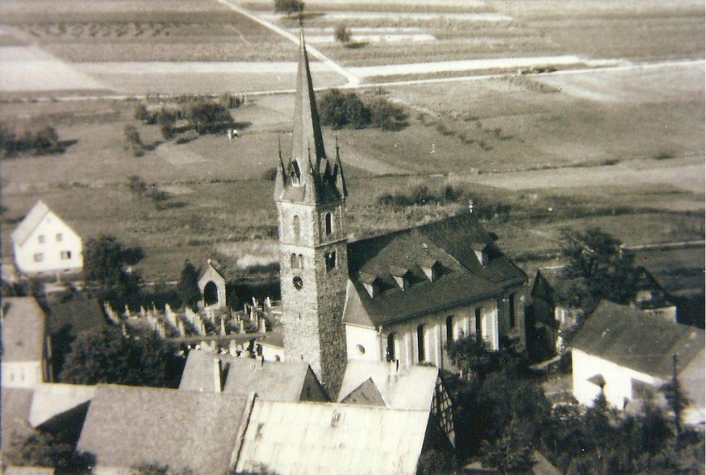 Luftaufnahme der Kirche mit Teil vom Friedhof. Foto 1960.