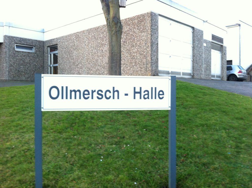 """Bild mit dem Schild """"Ollmersch-Halle"""""""